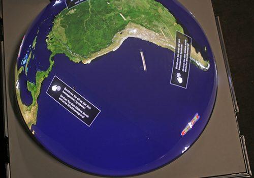 """Multitouchglobus Mit Spiel """"Satellitengesteuerte Flugzeugführung"""""""